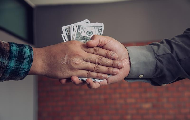 Aperto de mão dos homens de negócios com dinheiro nas mãos - conceito da corrupção foto de stock