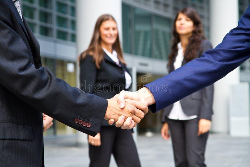 Aperto de mão e executivos do negócio fotografia de stock royalty free