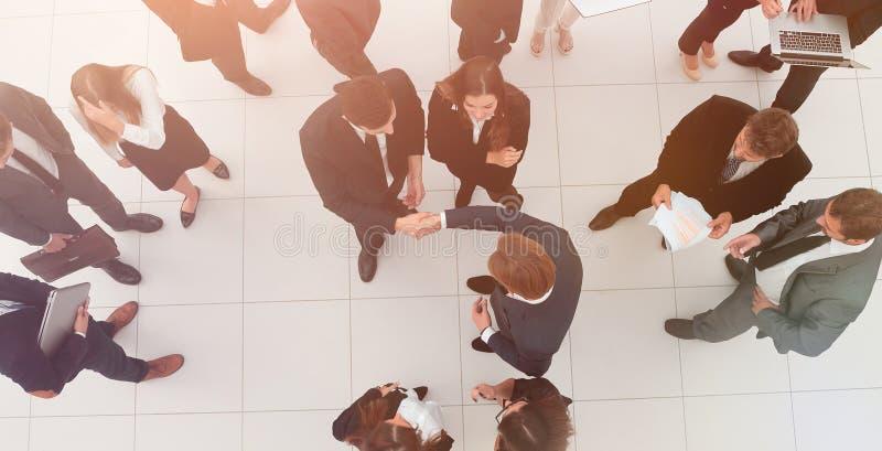 Aperto de mão entre concorrentes antes do início do negot do negócio imagens de stock