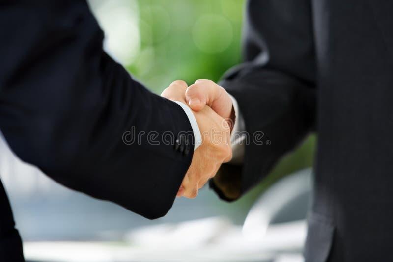 Aperto de mão entre dois homens de negócios imagem de stock