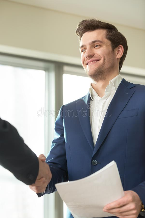 Aperto de mão financeiro de sorriso do conselheiro com cliente imagens de stock