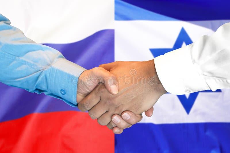 Aperto de mão fundo na bandeira de Israel e de Rússia fotos de stock royalty free