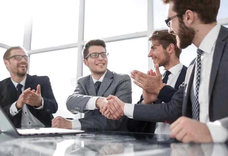 Aperto de mão de sócios comerciais novos na reunião fotos de stock