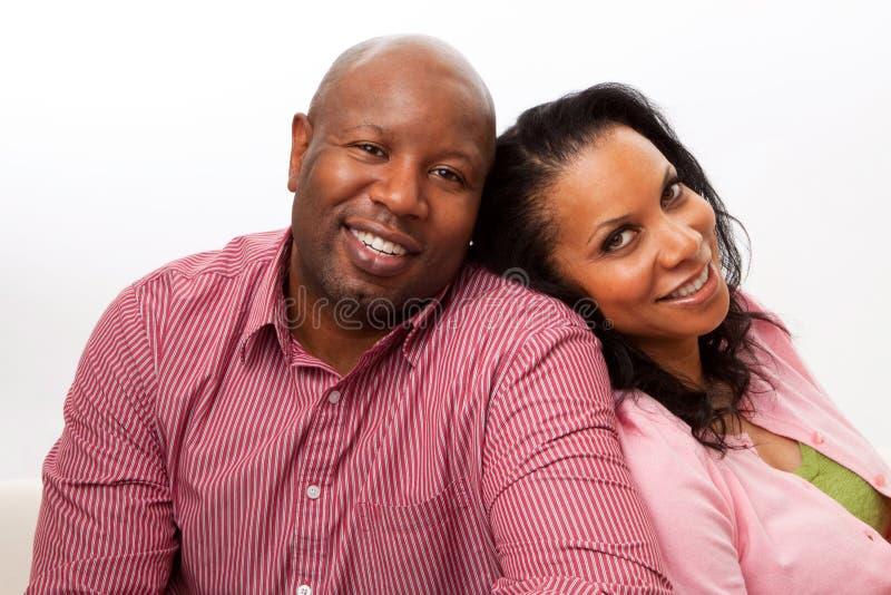 Aperto de sorriso de amor do homem e da mulher imagens de stock