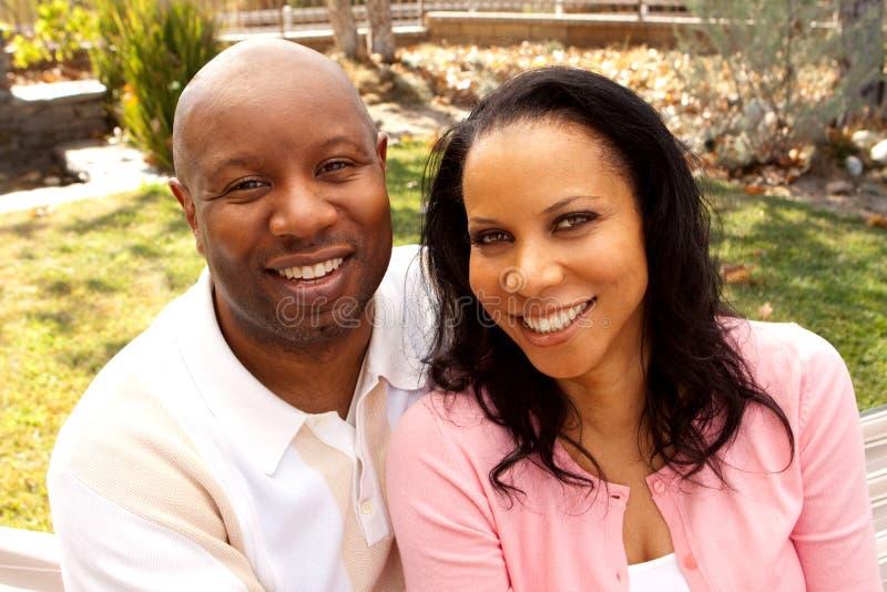 Aperto de sorriso de amor do homem e da mulher imagens de stock royalty free