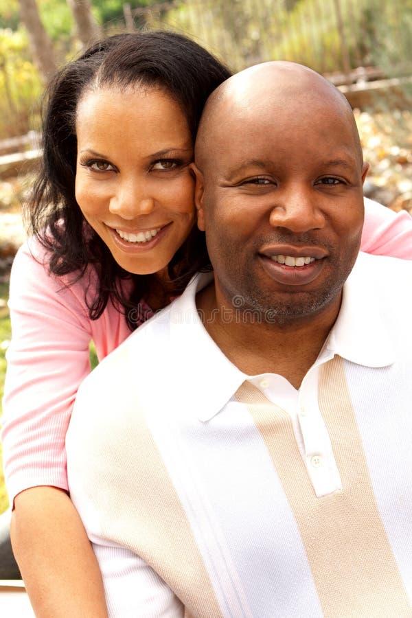 Aperto de sorriso de amor do homem e da mulher fotografia de stock