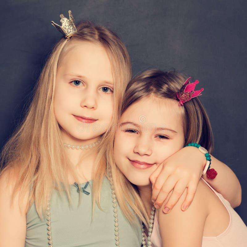 Aperto de sorriso novo das meninas imagens de stock royalty free