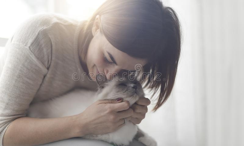 Aperto e trocas de carícias da mulher seu gato imagem de stock