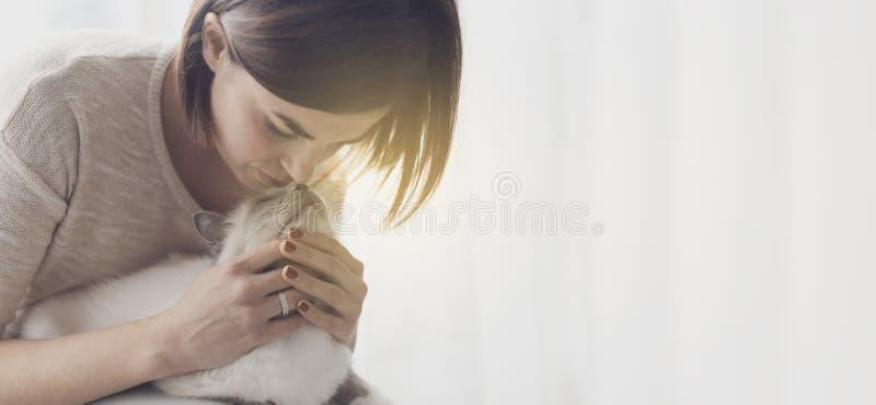 Aperto e trocas de carícias da mulher seu gato fotografia de stock royalty free