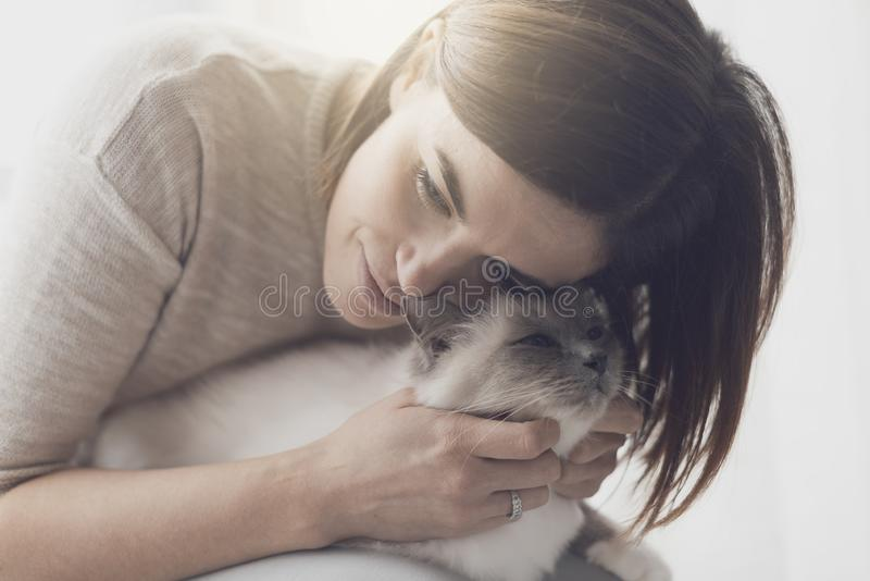 Aperto e trocas de carícias da mulher seu gato fotos de stock