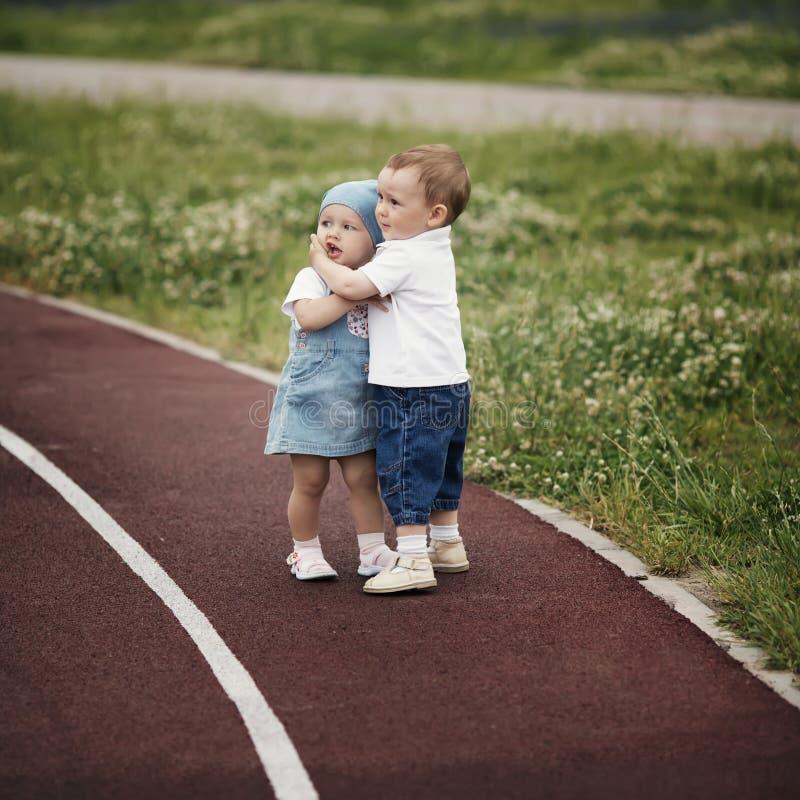 Menino e menina felizes pequenos imagens de stock royalty free