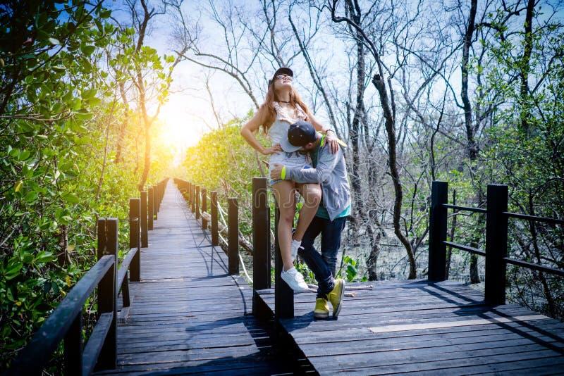 Aperto grávido dos pares dos jovens românticos dos momentos, tocando, kissin fotografia de stock