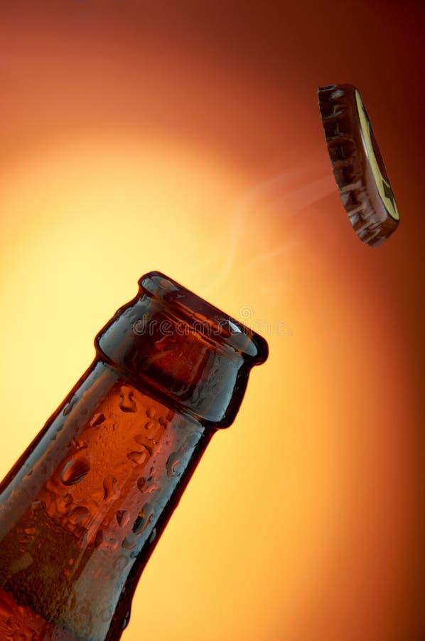 Apertura de la botella de cerveza imagenes de archivo