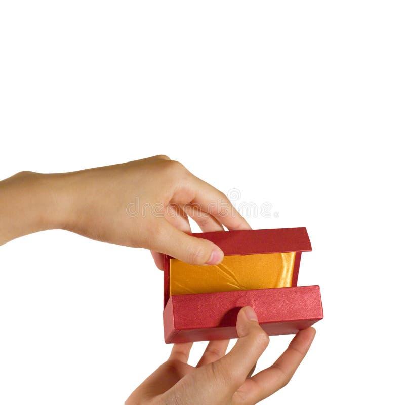 Apertura de un rectángulo de regalo imagen de archivo libre de regalías