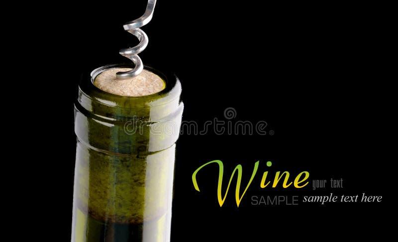 Apertura de una botella de vino fotos de archivo