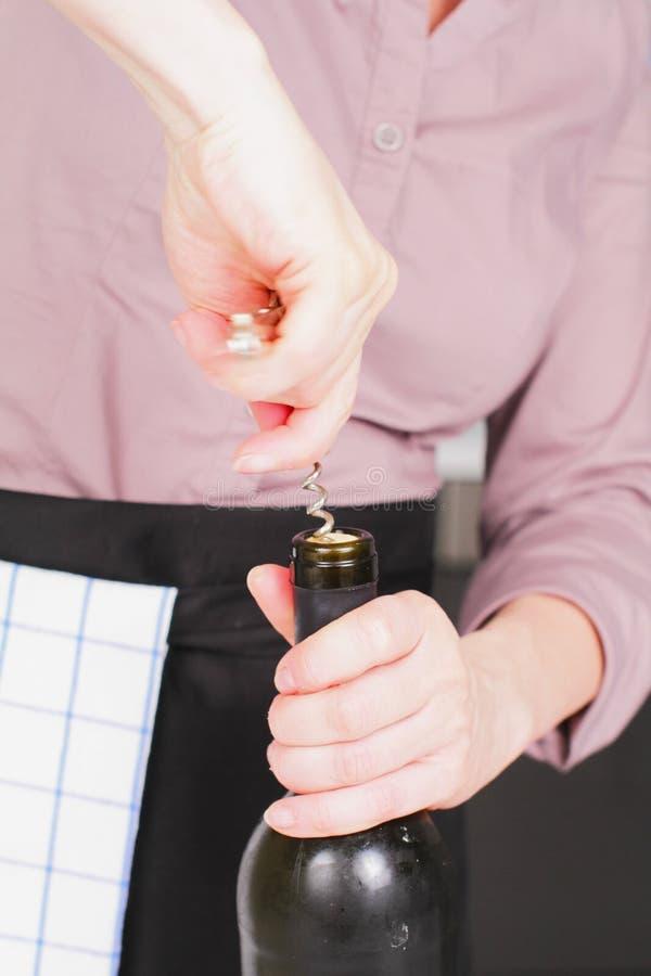 Apertura de una botella de vino foto de archivo libre de regalías