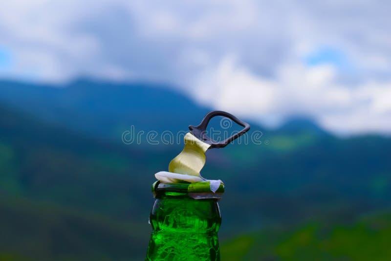 Apertura della birra nelle colline fotografia stock libera da diritti