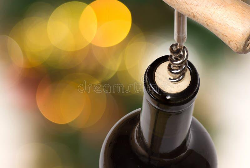 Apertura della bottiglia di vino fotografia stock