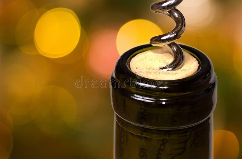 Apertura della bottiglia di vino con una cavaturaccioli fotografia stock
