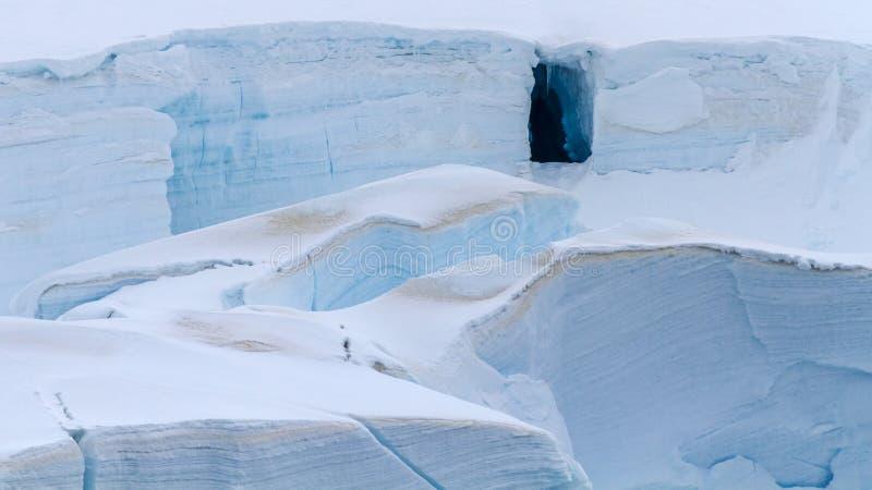 Apertura della entrata della caverna del ghiaccio in ghiacciaio antartico fotografie stock libere da diritti