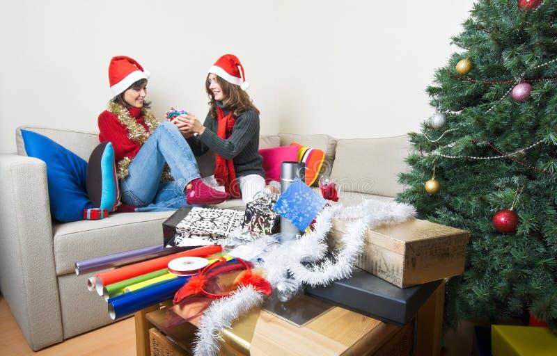 Download Apertura/que Prepara De Los Amigos Regalos De Navidad Foto de archivo - Imagen de comodidad, adentro: 7278644