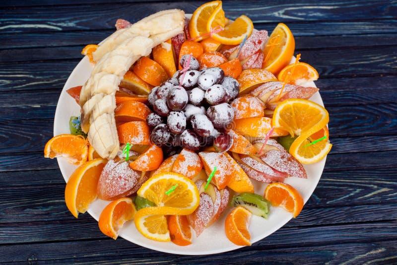 Apetitoso, maduro, frutos do ver?o, servidos belamente na tabela fotos de stock