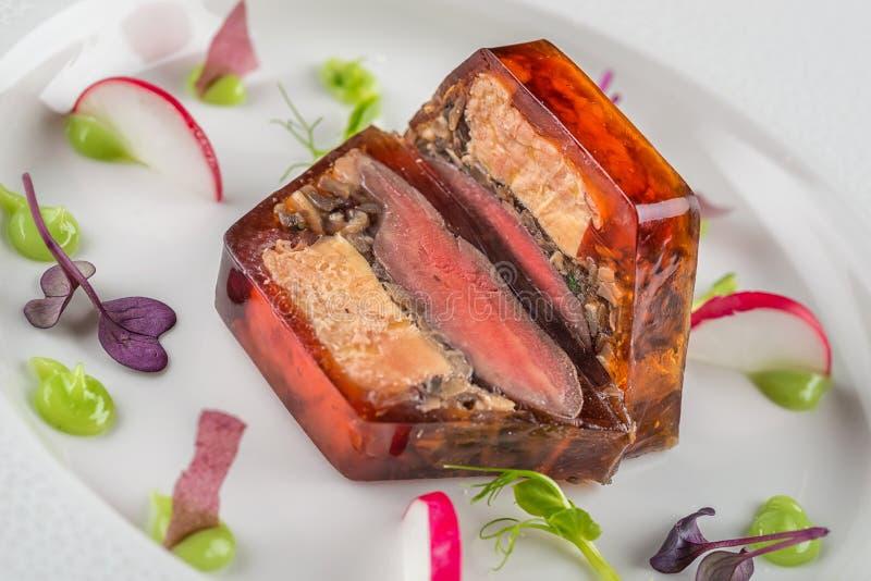 Apetizer delizioso con la verdura fresca servita sul piatto bianco, alimento moderno di michelin fotografie stock
