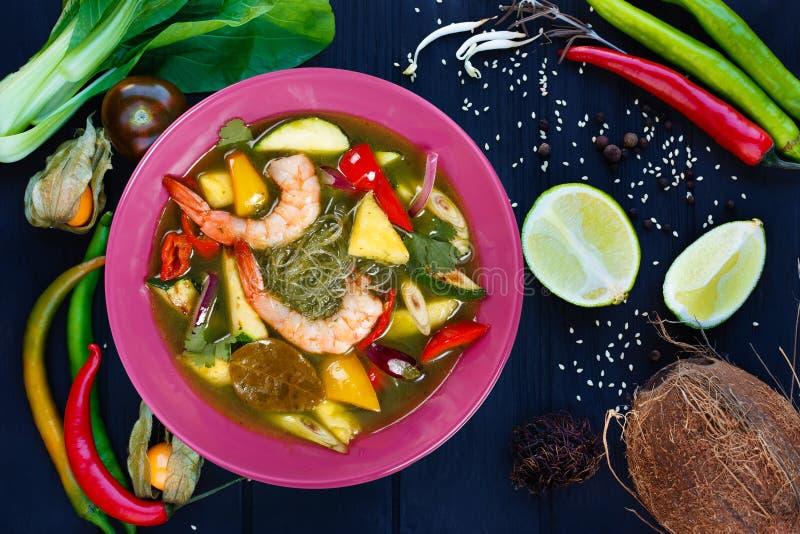Apetyczna zielona curry polewka z krewetkami i ryżowymi kluskami, mieszkanie l obrazy stock