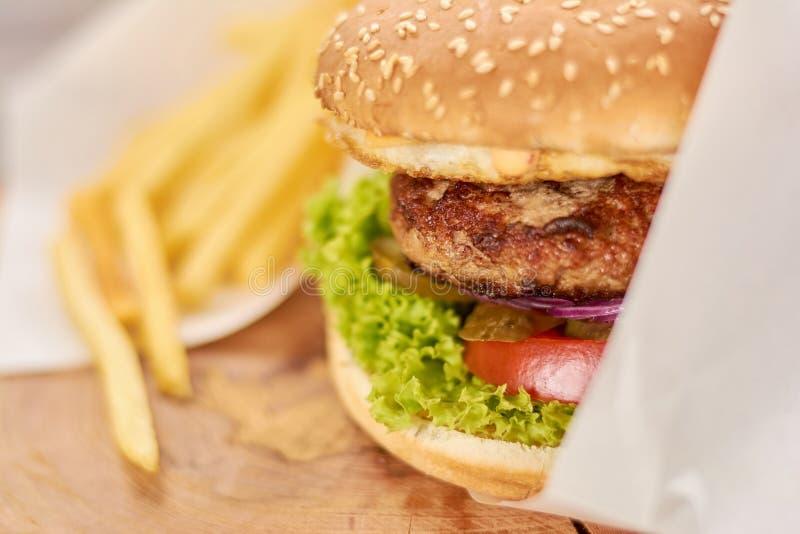 Apetyczny świeży hamburgeru zakończenie up obrazy royalty free