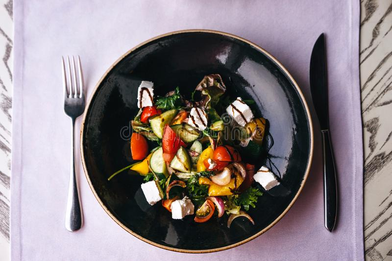 Apetyczny naczynie w restauracji, słuzyć na stole z lilym tablecloth obrazy stock