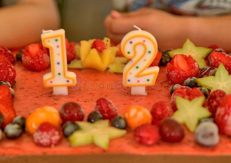 Apetyczny owocowy lody tort dekorujący obraz stock