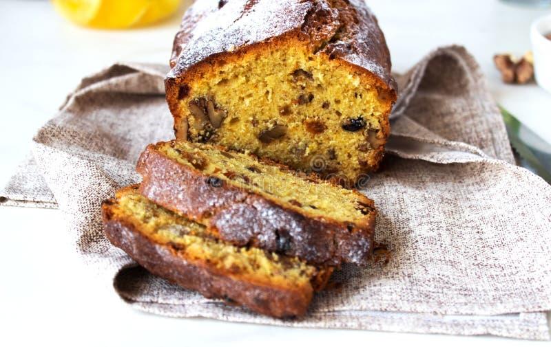Apetyczny pi?kny chleba lub bochenka tort z dokr?tkami, wysuszone owoc ciie w kawa?ki na drewnianej tn?cej desce kosmos kopii obraz stock