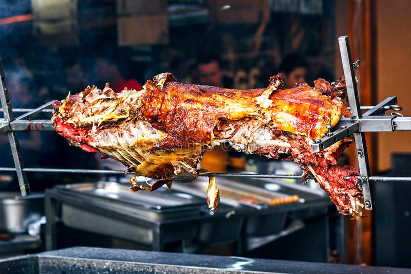 Apetyczny piec na grillu baranek na mierzei Piec świnia na tradycyjnym grillu Prażaka grill przygotowywa baran, baranek obrazy stock