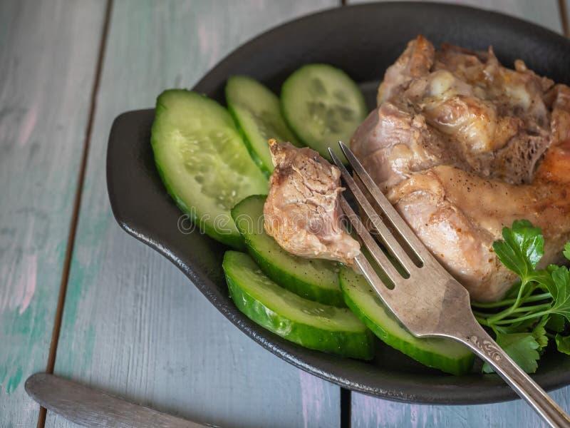 Apetyczny piec na grillu stek na czarnym glina talerzu Chips smażyć grule na bocznym naczyniu Stoły słuzyć dla lunchu i gościa re obrazy royalty free