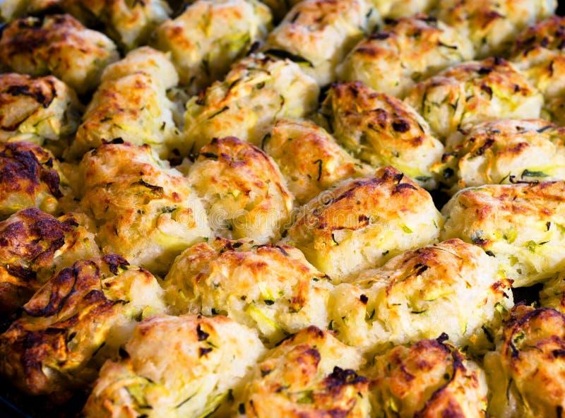 Apetyczny wyśmienicie smażący zucchini z złotym chipsem fotografia royalty free