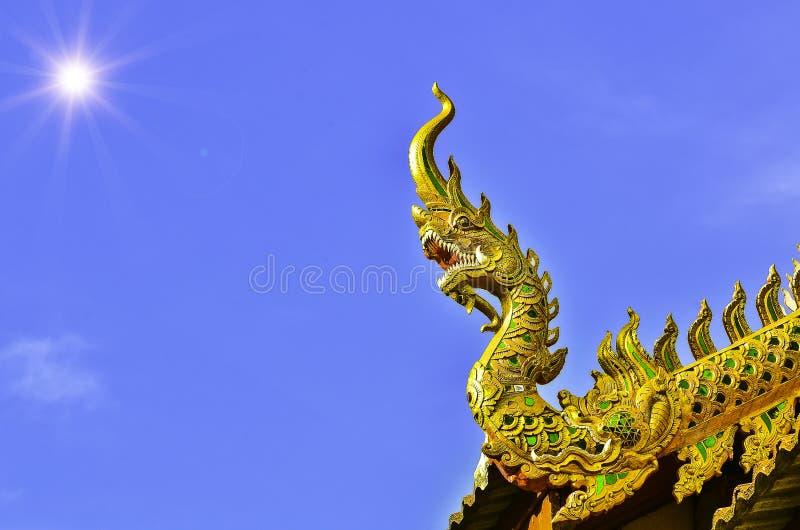 Apex de pignon dans le toit de temple photographie stock libre de droits