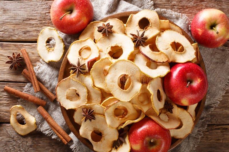 Apfelchips der gesunden Ernährung mit Zimt- und Sternanisnahaufnahme auf einer Platte horizontale Draufsicht stockfotos