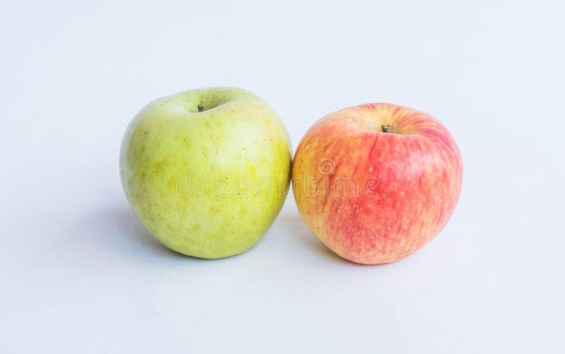 Apfelgrüne und rote Äpfel wurden auf einen Weiß lokalisierten Hintergrund gesetzt stockbilder