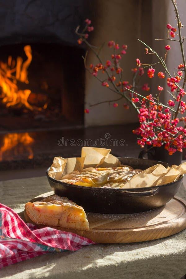 Apfelkuchen ist auf dem Tisch durch den Ofen stockbilder