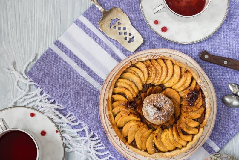 Apfelkuchen mit Zimt legte dar lizenzfreie stockfotografie