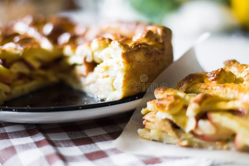 Apfelkuchen-Scheibe lizenzfreie stockbilder