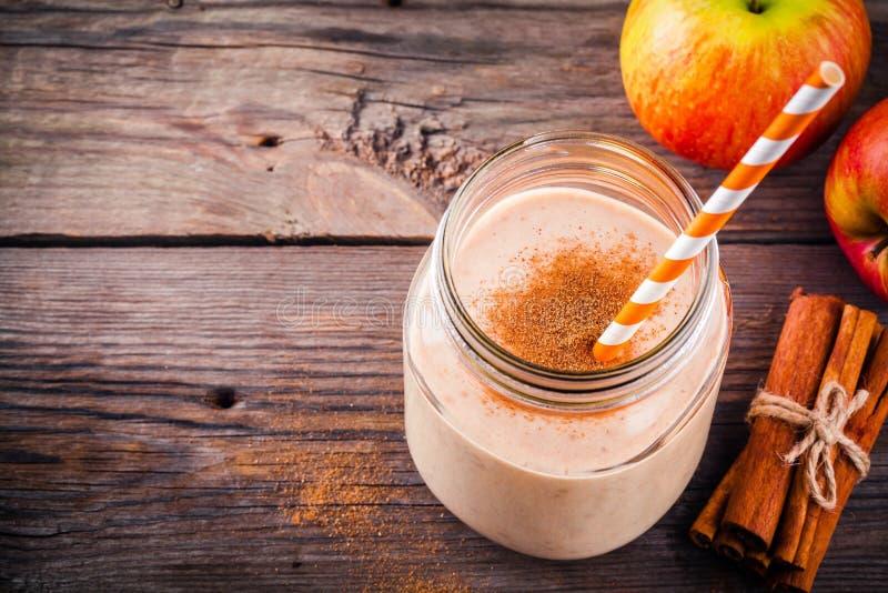 Apfelkuchen Smoothie mit Zimt in einem Glasweckglas stockbild