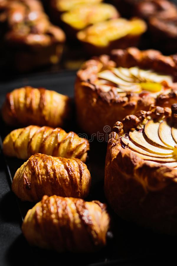 Apfelkuchen und Hörnchen lizenzfreies stockfoto