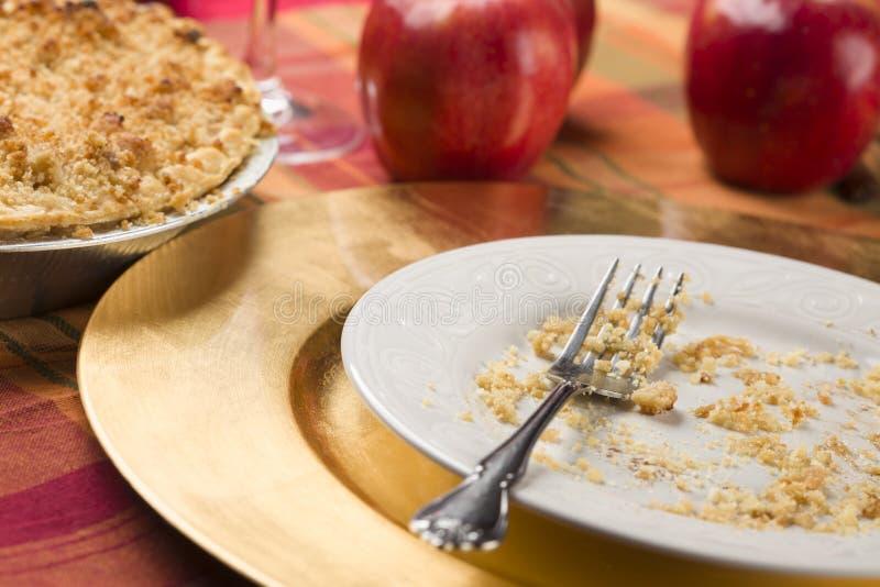 Apfelkuchen und leere Platte mit restlichen Krumen lizenzfreie stockfotografie