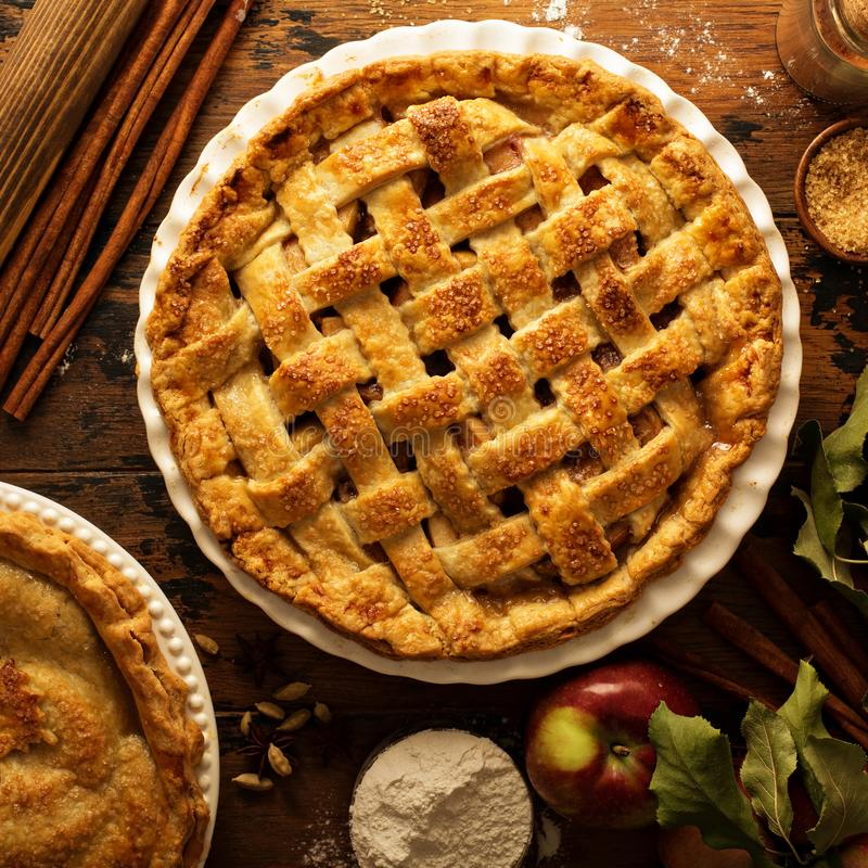 Apfelkuchen verziert mit Gitter stockfoto
