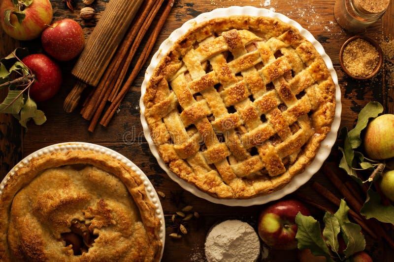 Apfelkuchen verziert mit Gitter lizenzfreie stockbilder