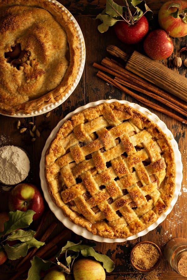 Apfelkuchen verziert mit Gitter lizenzfreies stockfoto