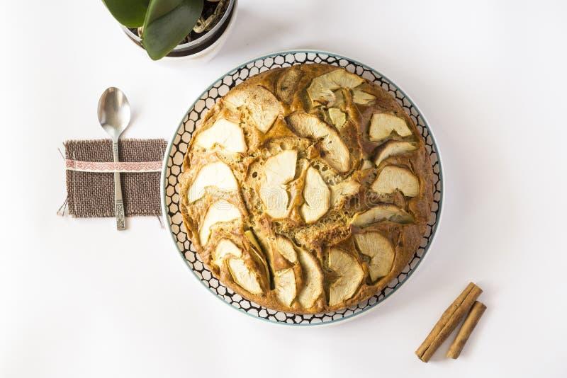 Apfelkuchen zum Frühstück stockfotografie