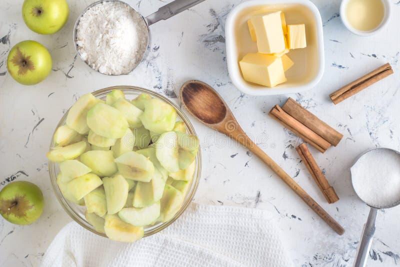 Apfelkuchenbestandteile - Draufsichtfoto von Zimtstangen, Zucker lizenzfreies stockbild