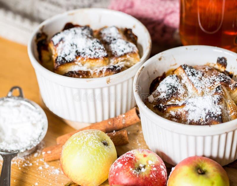 Apfelstrudel auf hölzernem Hintergrund stockbild